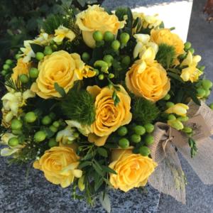 Centro floral de rosas amarillas